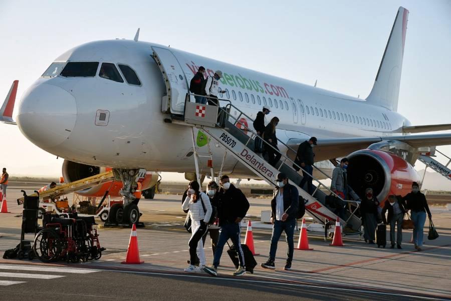 Acciones de aerolíneas caen en la BMV tras degradación de calificación aérea