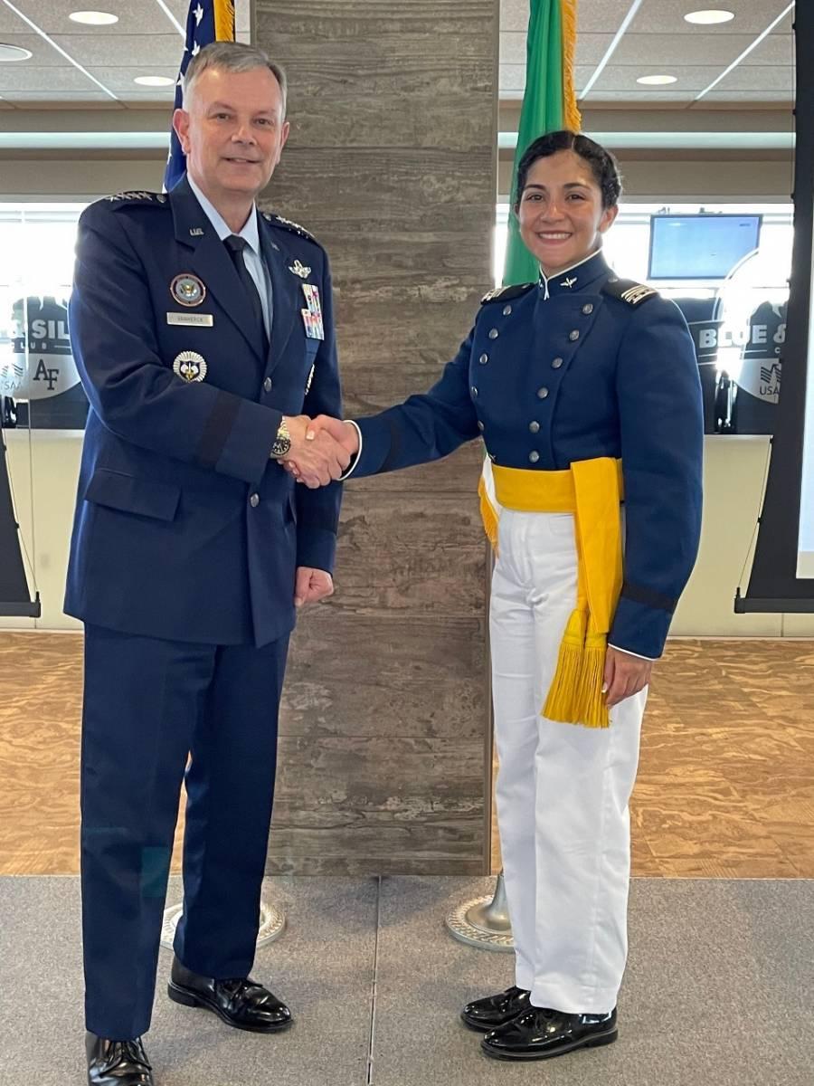 Primer mujer naval se gradúa de escuela militar en EEUU