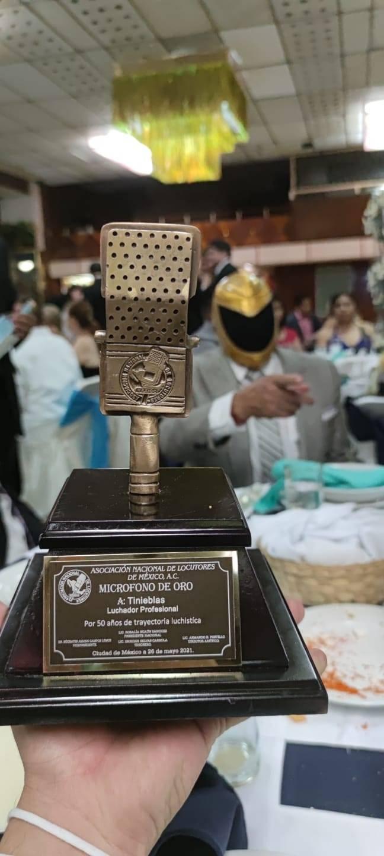 Por 50 años de carrera, entregan Micrófono de Oro a Tinieblas, ícono mundial y candidato de RSP