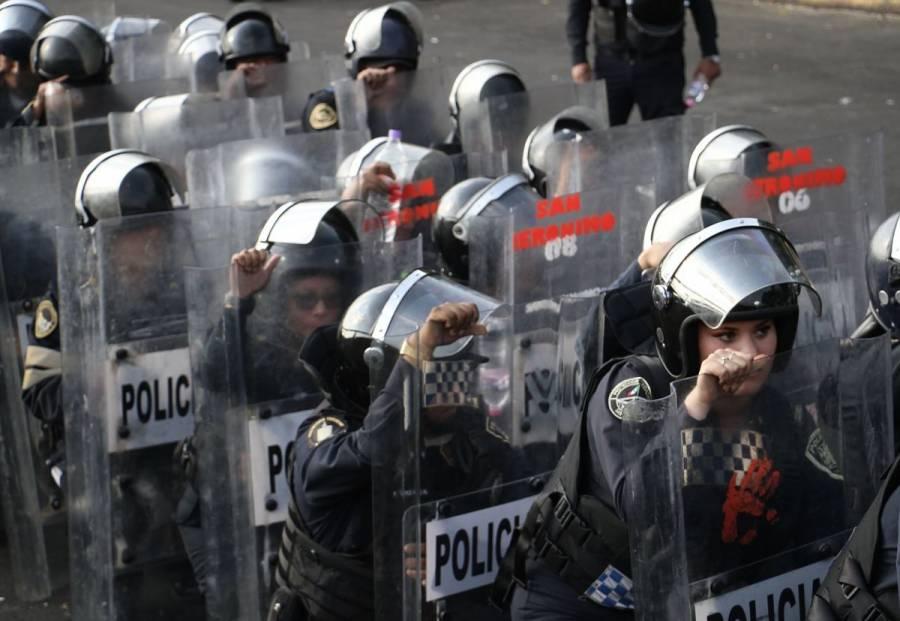 Ex policías federales protestan frente al AICM; elementos de SSC los encapsulan