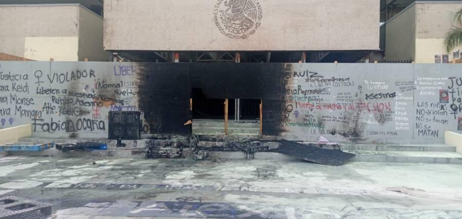 """Normalistas de la """"Mactu"""" vandalizan Palacio de Gobierno, y bloquean accesos a la ciudad"""