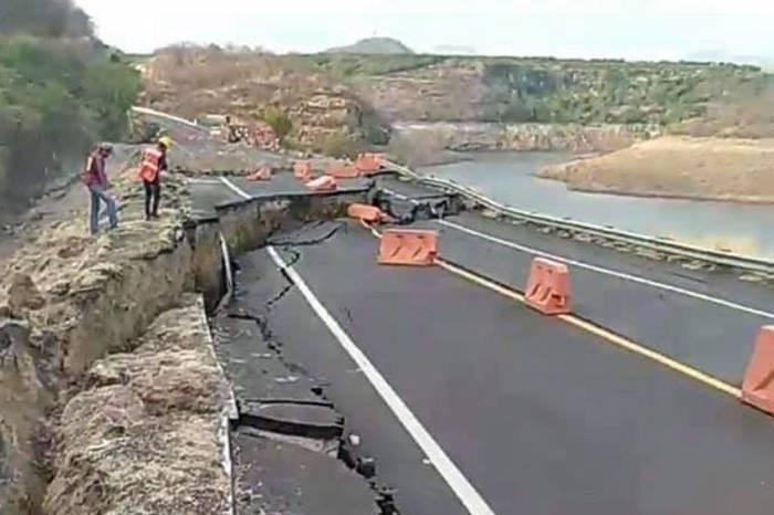 En Michoacán colapsa tramo de la autopista Siglo XXI