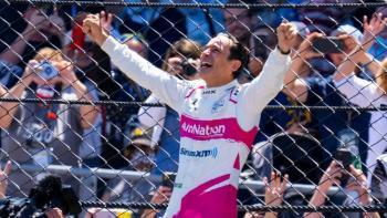 Helio Castroneves conquista la cima de las 500 Millas de Indianápolis