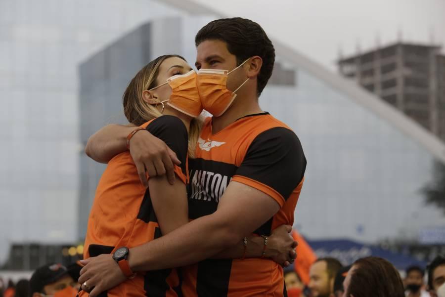 Con grupos musicales, Samuel García cierra campaña en las afueras de la Arena Monterrey