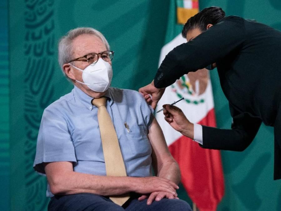 Vacunan a secretario de Salud contra Covid-19 en la mañanera