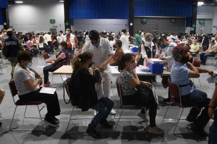 Denuncian desorganización en vacunación contra COVID-19 en el Pepsi Center