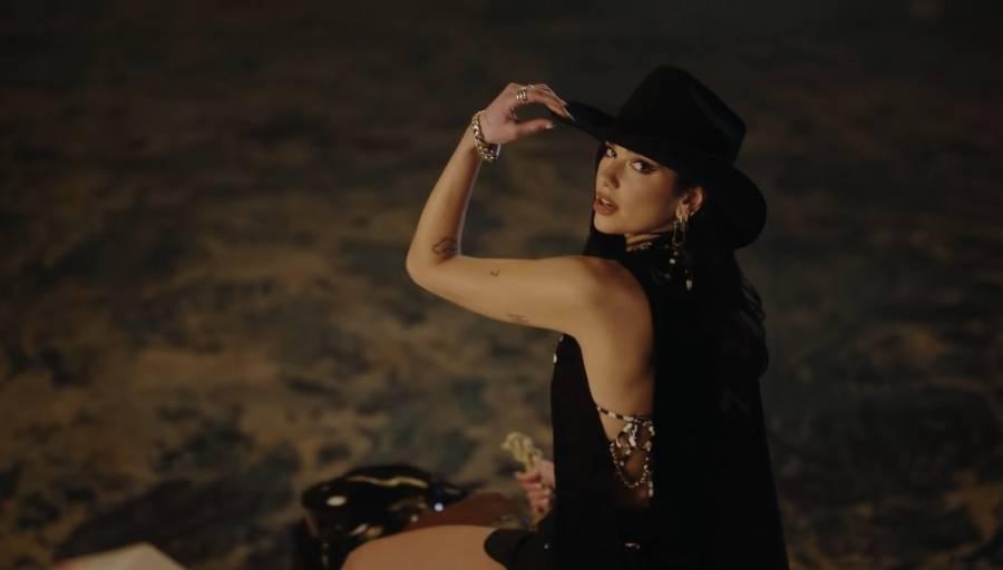 """Dua Lipa presenta """"Love Again"""" vestida de vaquera y la comparan con Ana Bárbara"""