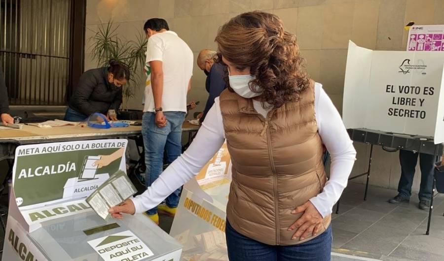 Dolores Padierna vota en la alcaldía Cuauhtémoc