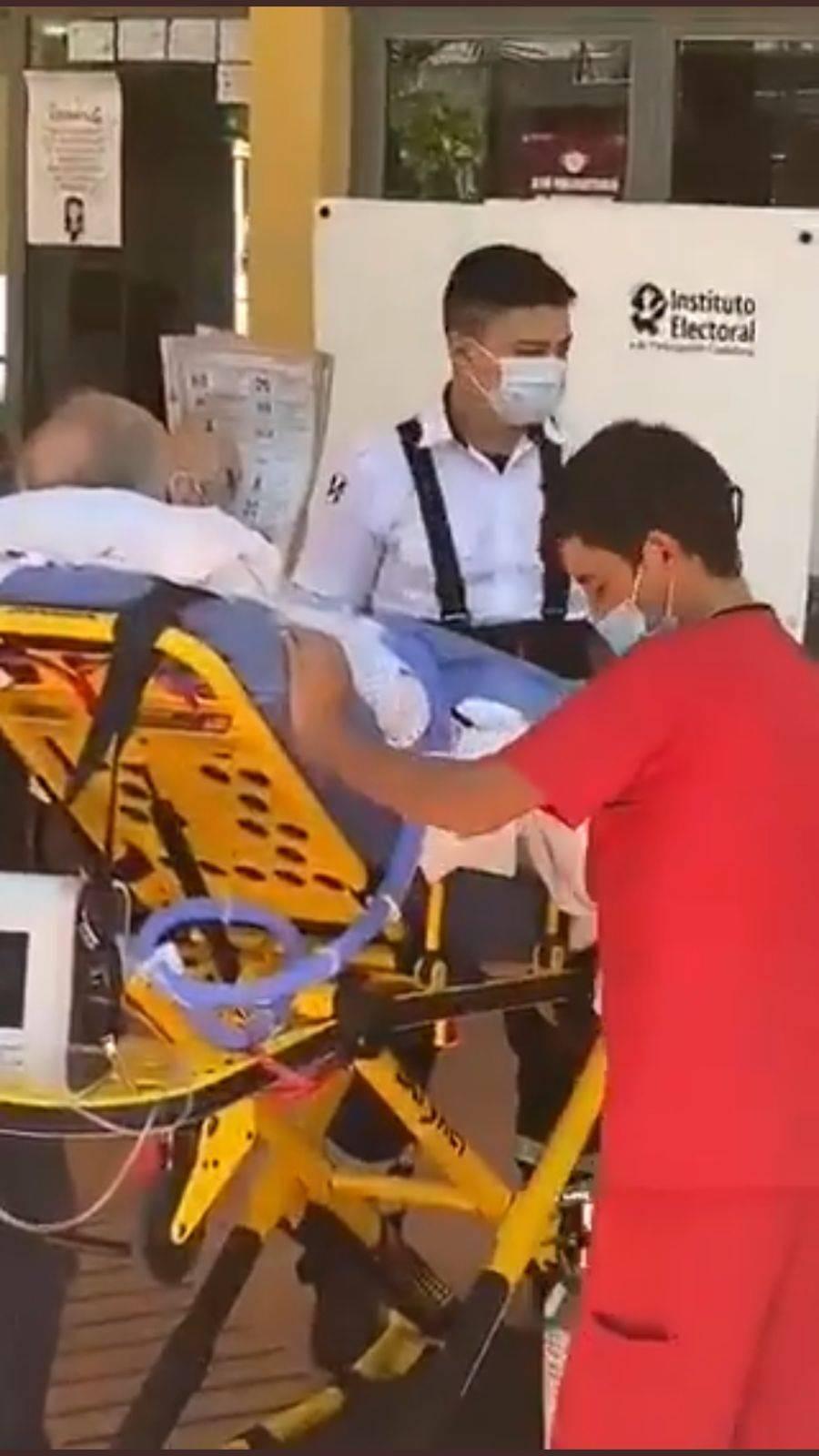Video: En camilla y con tanque de oxígeno, abuelito acude a votar