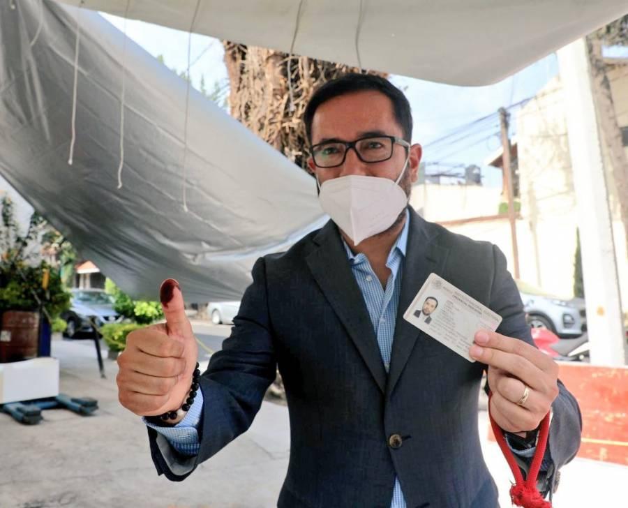 Víctor Hugo Romo acude a votar en la alcaldía Miguel Hidalgo