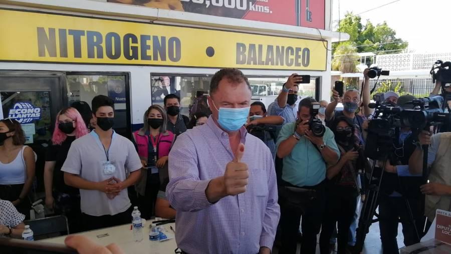"""Con """"mucha fe"""", Ernesto Gándara acude a votar en Sonora"""