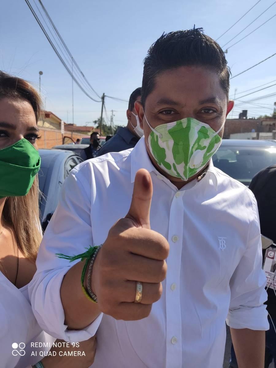 Ricardo Gallardo emite su voto en San Luis Potosí