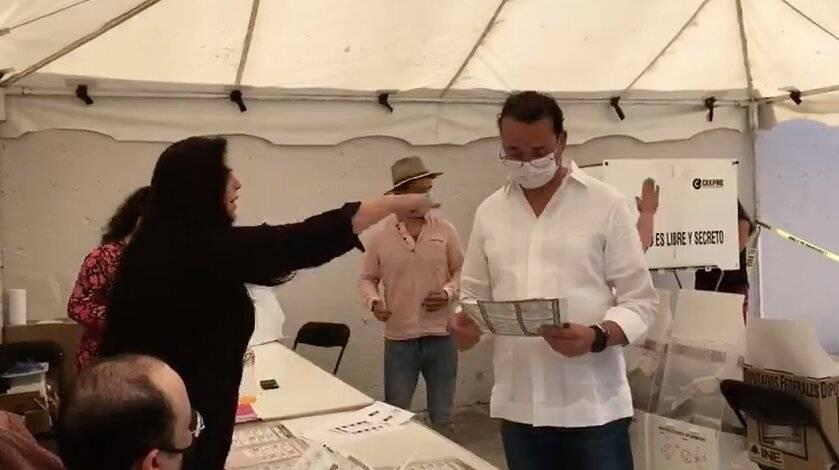 Presidenta de casilla agrede a candidato de Morena en SLP, lo acusa de