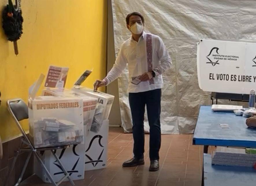 Mario delgado vota en la alcaldía Iztacalco