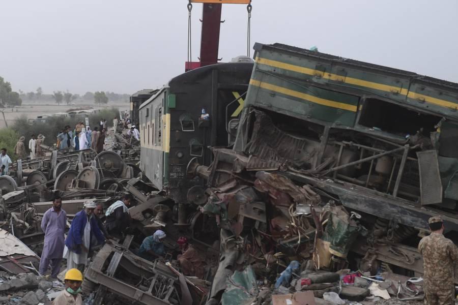 Suman 40 muertos tras choque de trenes en Pakistán