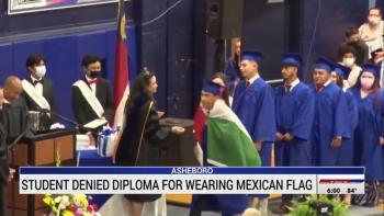 Graduado mexicano porta la bandera de México en EEUU; le niegan diploma