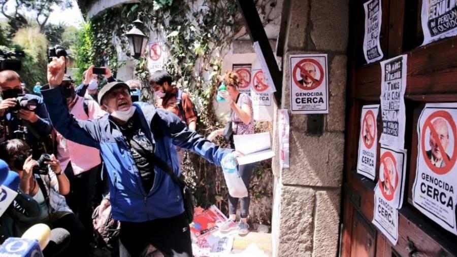 Se manifiestan en casa del expresidente Echeverría; lanzan huevos y pegan pancartas