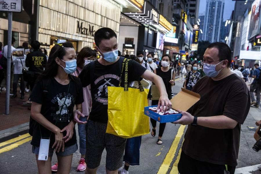 Lingotes de oro, un tesla y iPhones premios de rifa por vacunarse contra Covid en Hong Kong