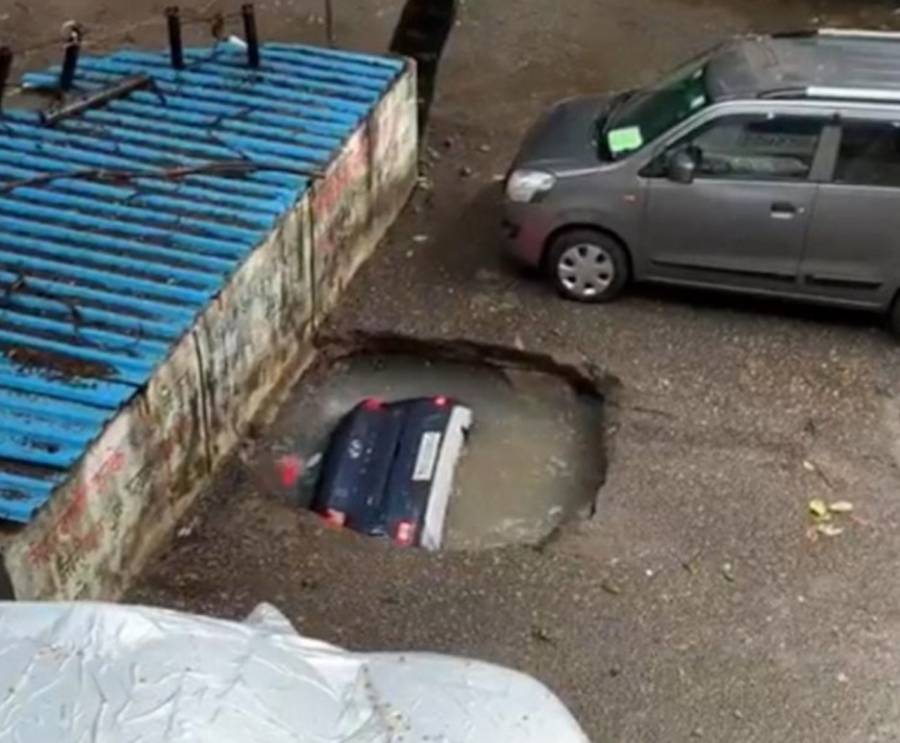 """Así fue el momento en que un socavón se """"comió"""" una camioneta en la India"""