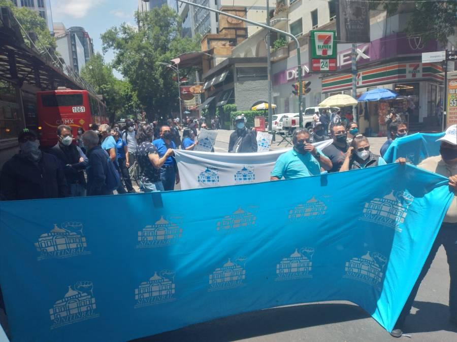 Trabajadores del INBA demandan pagos y bloquean avenida Insurgentes