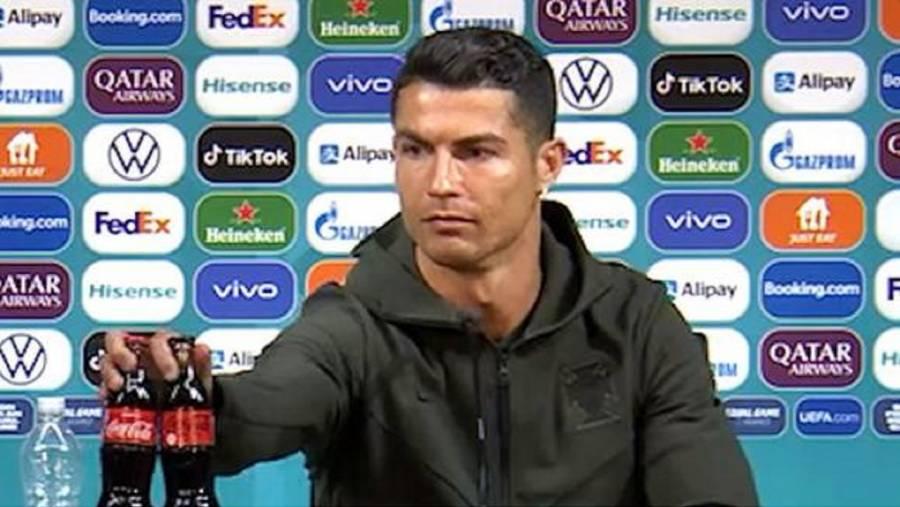 Costó a Coca-Cola casi 4 mil mdd retiro de botellas de refresco por parte de Cristiano Ronaldo