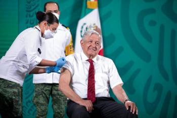 Aplican segunda dosis de vacuna contra Covid-19 a López Obrador