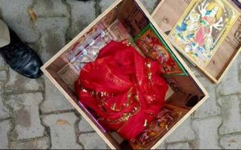 Hallan a bebé flotando en una caja en río de la India