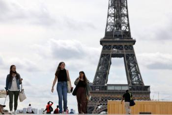 Franceses salen a la calle sin mascarilla, mientras pandemia no cede en otros países