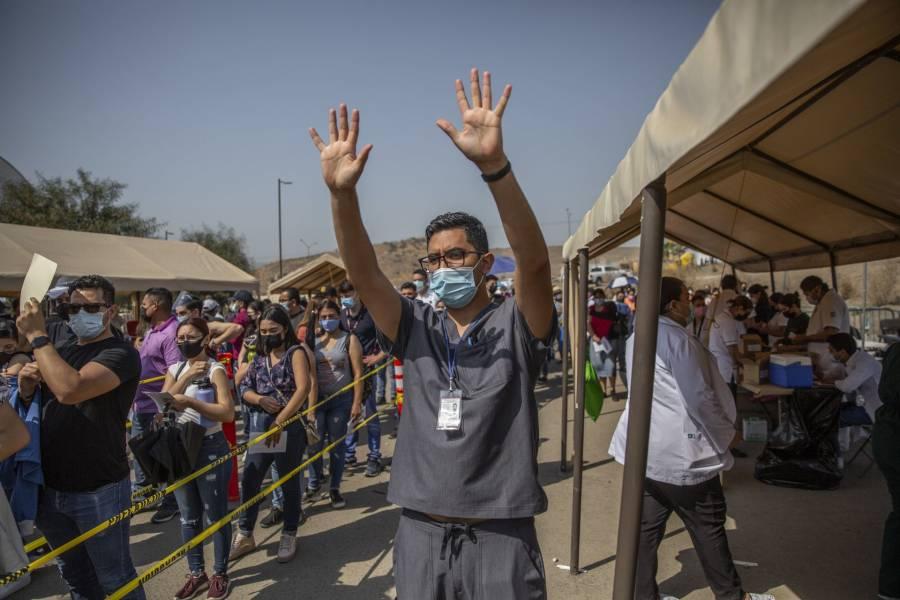 Por altas temperaturas, en Mexicali vacunan contra Covid-19 en la noche