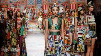 El desfile de Dolce&Gabbana en Milán se iluminó de colores y excentricidad