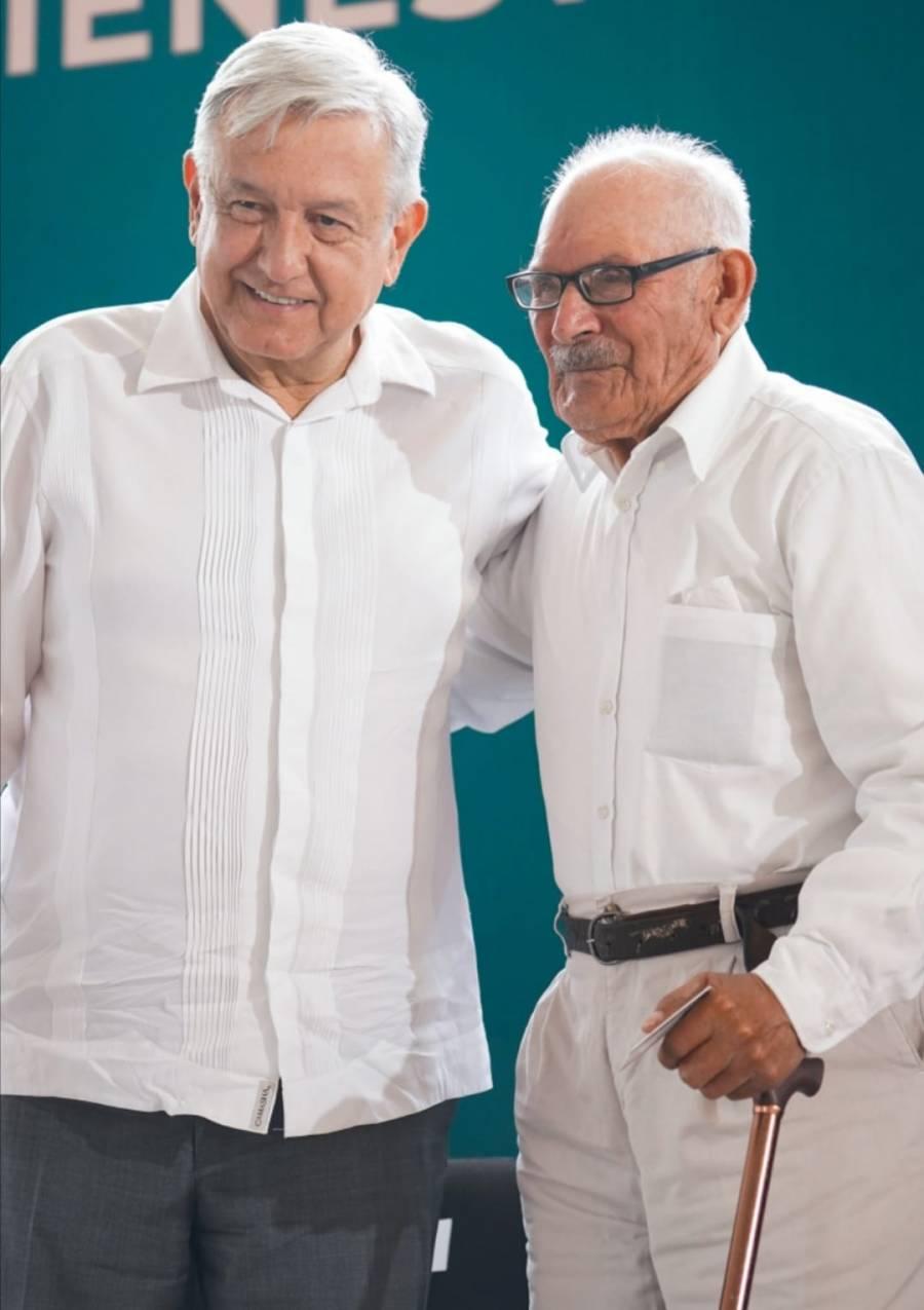 AMLO felicita a los papás de México
