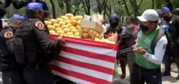 En Paseo de la Reforma, Policías decomisan puesto de mangos a un joven