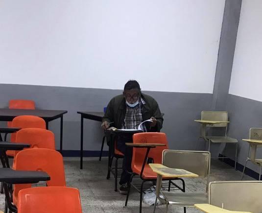 ¡Hay tiempo para todo! Abuelito hace examen para entrar a la universidad, quiere ser abogado