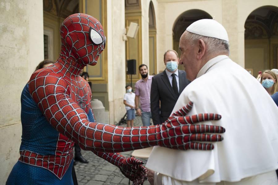 """""""Spiderman"""" visita al papa Francisco y lo sorprende con un regalo"""