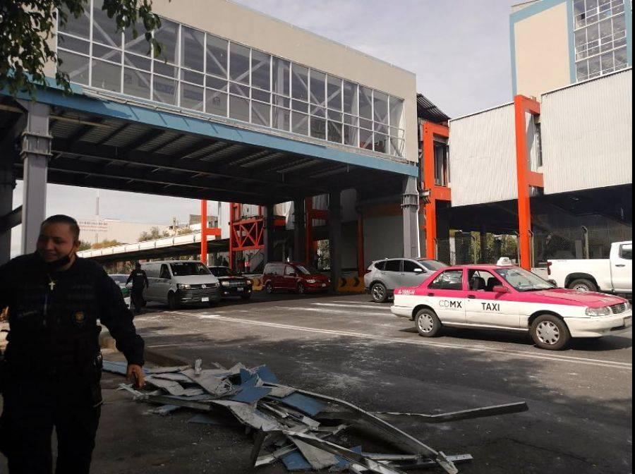 Cae sobre dos autos, parte de estructura en Metro Villa de Cortés