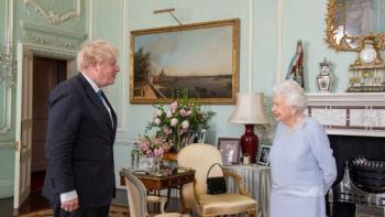 Reina Isabel II y Boris Johnson celebran su primera audiencia privada