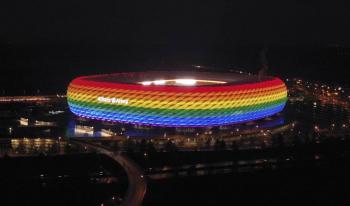 Patrocinadores de la UEFA desplegaron los colores de la bandera gay al borde del terreno