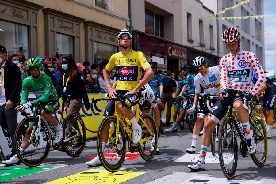 Los ciclistas protestan  en el inicio de la 4a etapa del Tour