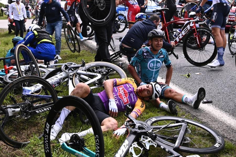 Detienen a espectadora del Tour de Francia que provocó caída múltiple