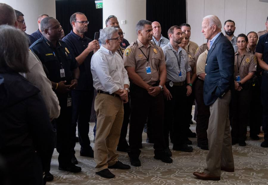 Biden brinda consuelo a familiares de víctimas de derrumbe en Florida