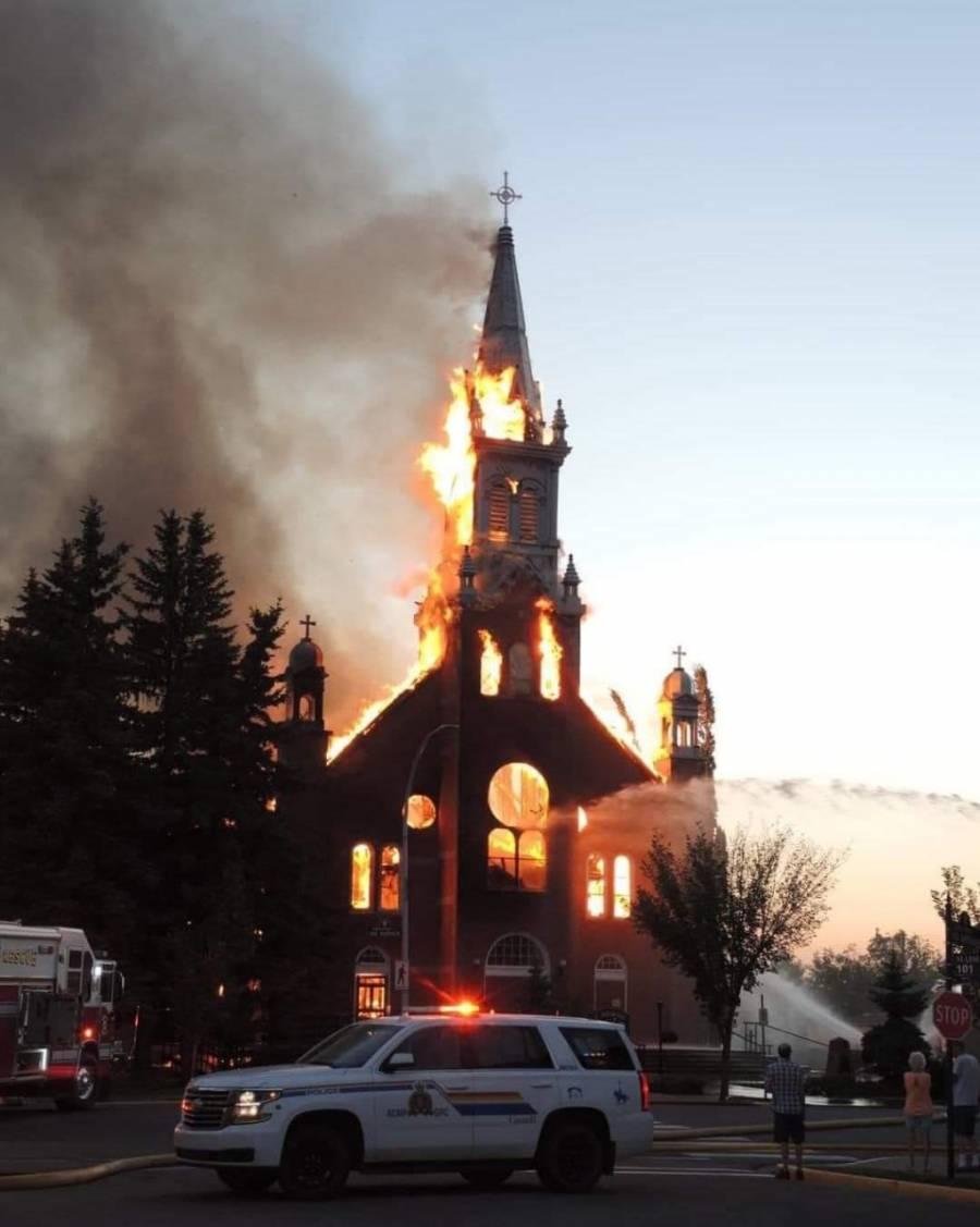 En Canadá incendian iglesias, tras hallar a miles de niños indígenas sepultados en los templos