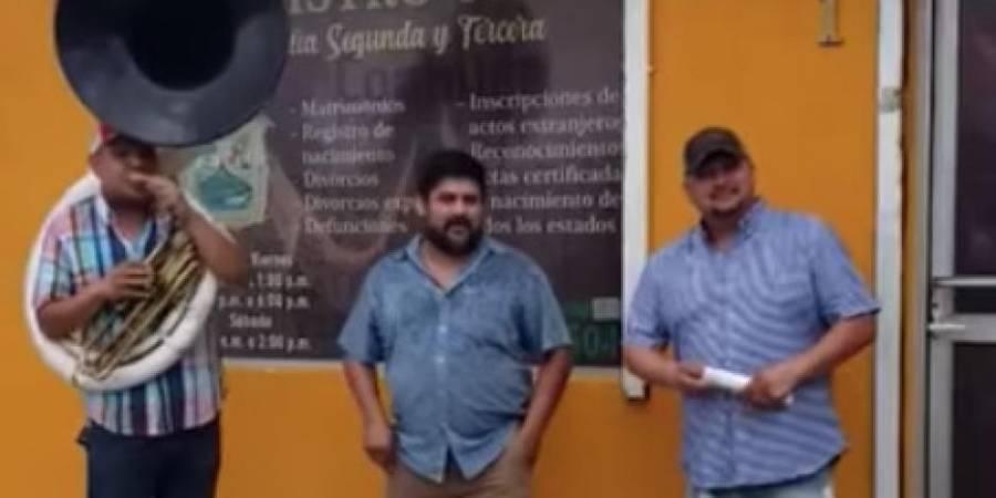 Con banda y fuera del Registro Civil, un hombre celebra su divorcio