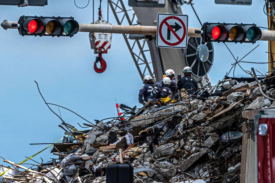 Suman 24 muertos por derrumbe en Florida; demolerán restos del edificio