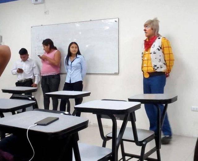 Estudiante acude a clase vestido de payasito; se le juntó el trabajo y la escuela
