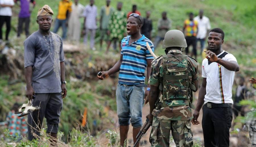 Hombres armados secuestran a 140 estudiantes en escuela en Nigeria