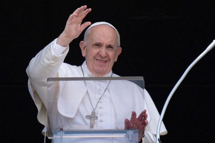 El Papa Francisco desayunó y ya empezó a caminar tras su operación de colon