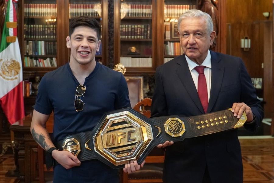 AMLO recibe en Palacio Nacional a Brandon Moreno, campeón mundial de UFC