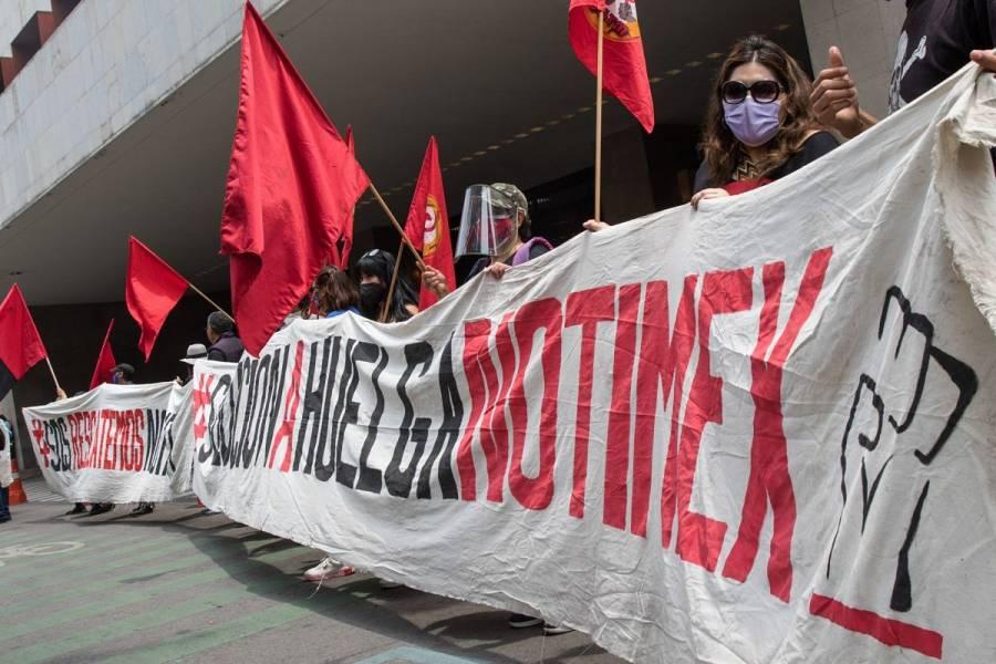 Policías encapsulan a ex trabajadores de Notimex tras protesta en el Zócalo