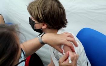Insisten en vacunar a menores y adolescentes para detener rezago escolar