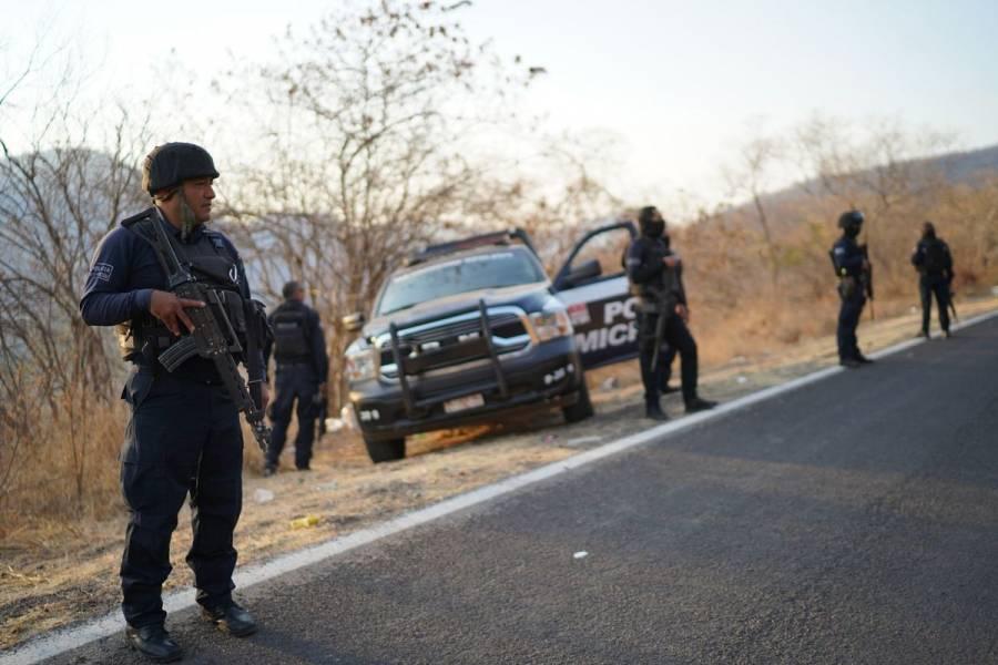 En Michoacán retiran bloqueos de la carretera Aguililla-Apatzingán